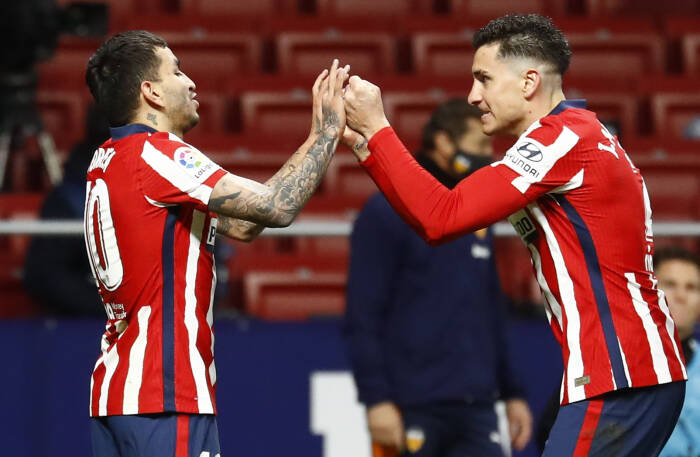 Angel Correa dari Atletico Madrid merayakan mencetak gol ketiga mereka bersama Jose Gimenez