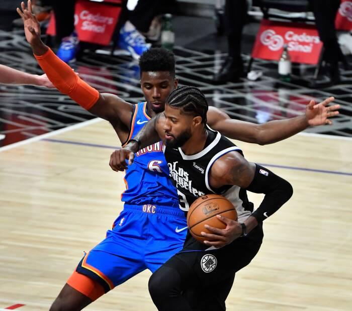 Guard LA Clippers Paul George (13) melaju ke keranjang melawan guard Oklahoma City Thunder Hamidou Diallo (6)