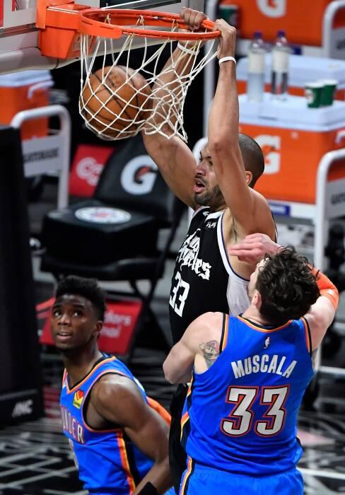 Center LA Clippers Serge Ibaka (9) melakukan dunk