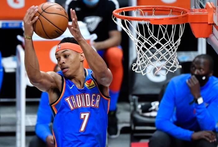 Penyerang Oklahoma City Thunder Darius Bazley (7) melakukan rebound