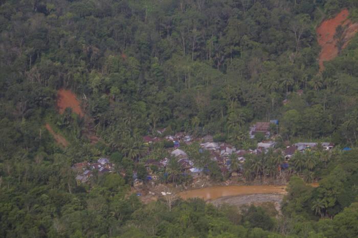 Foto udara kondisi sebuah desa di lereng pegunungan Meratus yang tampak longsor