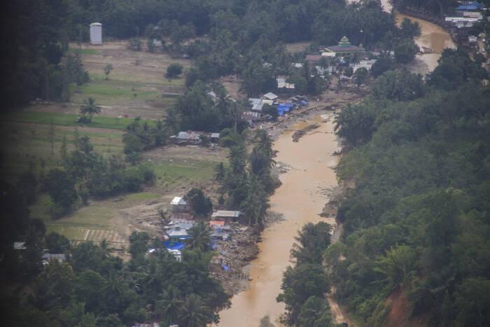 Foto udara kondisi sebuah desa yang luluh lantak akibat banjir bandang di Kabupaten Hulu Sungai Tengah (ANTARA FOTO/Bayu Pratama S)