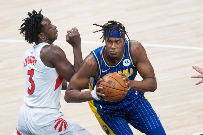 Center Indiana Pacers Myles Turner (33) menembak bola sementara penyerang Toronto Raptors OG Anunoby (3) bertahan
