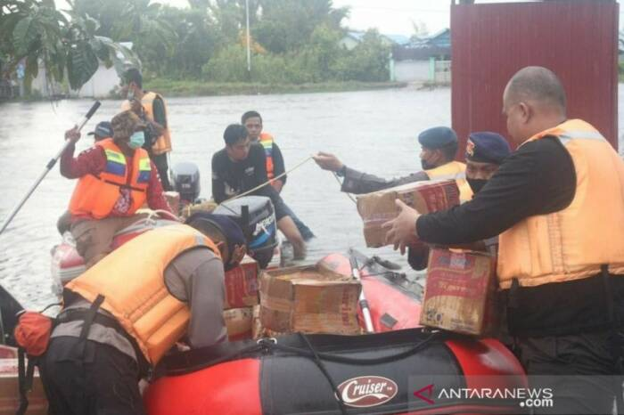 Satbrimob Polda Kalsel turun ke lokasi banjir. (Antara)