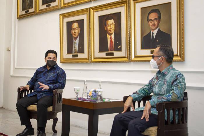 Menteri BUMN Erick Thohir (kiri) berbincang dengan Wakil Menteri Luar Negeri Mahendra Siregar (kanan). ANTARA FOTO/Dhemas Reviyanto