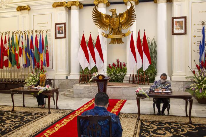 Menteri BUMN Erick Thohir (tengah) menyaksikan penandatanganan nota kesepahaman antara Sekretaris Jenderal Kementerian Luar Negeri Cecep Herawan (kanan) dan Direktur Utama PT Pertamina (Persero) Nicke Widyawati (kiri)