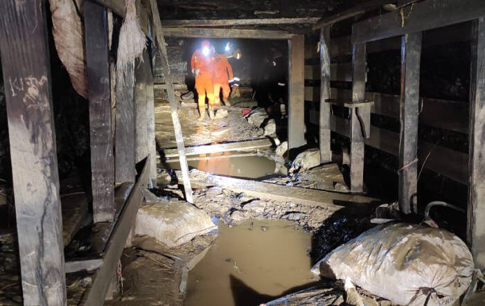 Tim Sar gabungan melakukan evakuasi korban di lokasi tanah longsor tambang Manualan di Kecamatan Mentewe