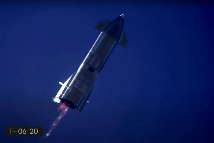 Roket prototipe SpaceX Starship SN9 turun setelah uji terbang dari landasan peluncurannya