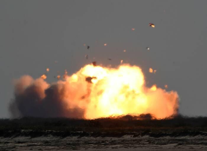 SpaceX Starship SN9 meledak menjadi bola api setelah uji terbang ketinggiannya dari fasilitas pengujian di Boca Chica (REUTERS/Gene Blevins)