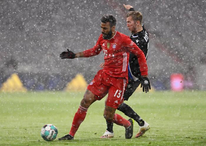 Eric Maxim Choupo-Moting dari Bayern Munich beraksi dengan Arminia Bielefeld Michel Vlap