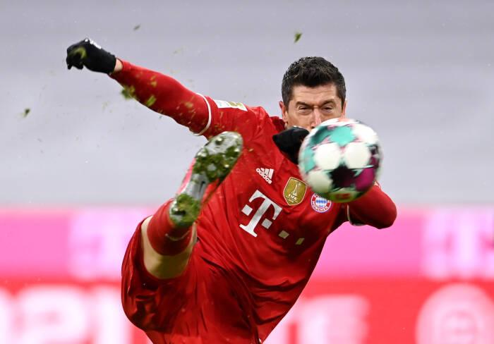 Robert Lewandowski dari Bayern Munich mencetak gol pertama mereka