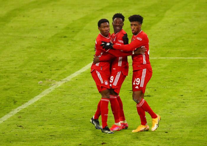 Alphonso Davies dari Bayern Munich merayakan mencetak gol ketiga mereka bersama Kingsley Coman dan David Alaba