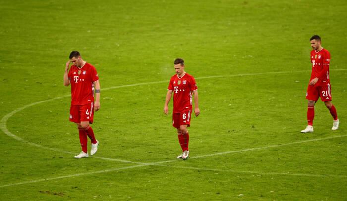 Niklas Sule dari Bayern Munich, Joshua Kimmich dan Lucas Hernandez terlihat sedih usai pertandingan