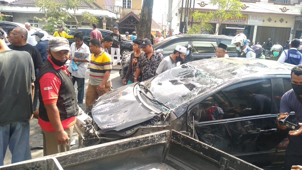 Mobil Vios kecelakaan di Jalan Brigjend Katamso, Kota Medan. / istimewa