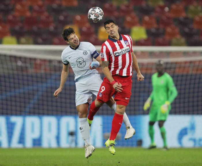 Luis Suarez dari Atletico Madrid beraksi dengan pemain Chelsea Cesar Azpilicueta