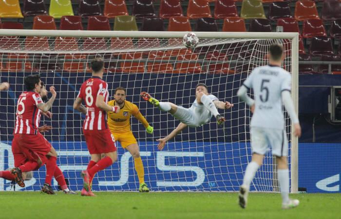 Pemain Chelsea Olivier Giroud mencetak gol pertama mereka