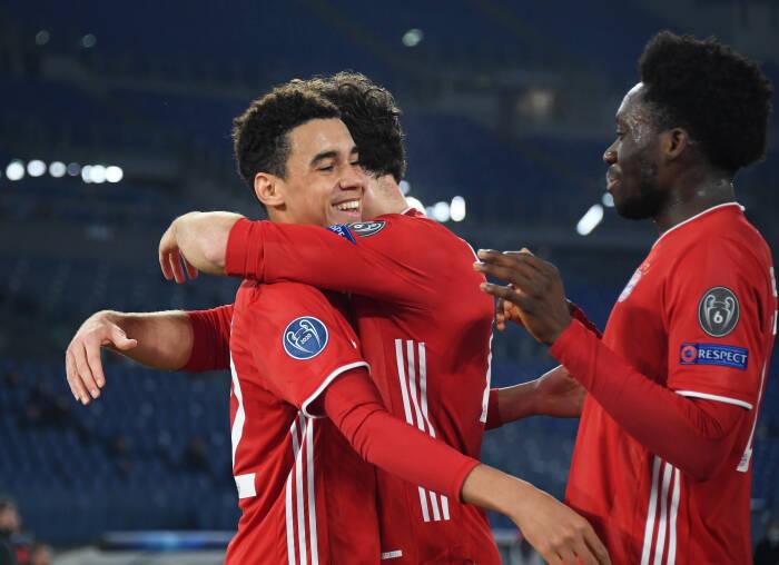 Pemain Bayern Munich Jamal Musiala merayakan mencetak gol kedua mereka dengan rekan satu timnya