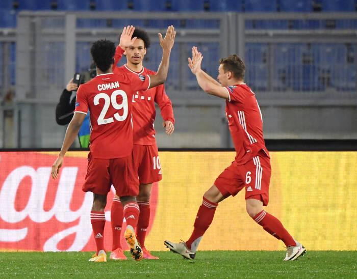 Pemain Bayern Munich Leroy Sane merayakan gol keempat mereka bersama Kingsley Coman dan Joshua Kimmich