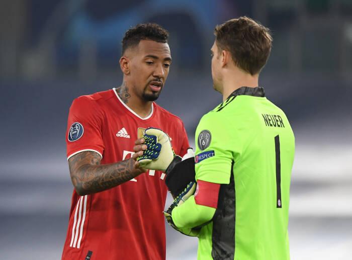 Jerome Boateng Bayern Munich dengan Manuel Neuer setelah pertandingan