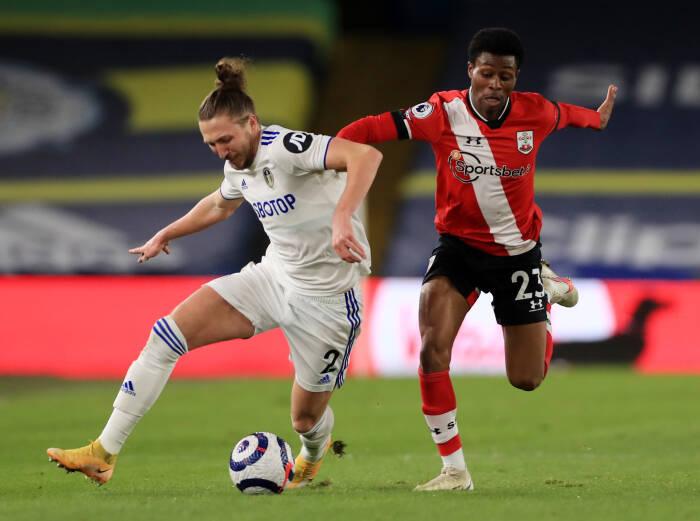 Luke Ayling dari Leeds United beraksi dengan Nathan Tella dari Southampton