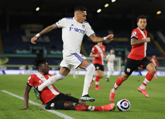Raphinha dari Leeds United beraksi dengan pemain Southampton, Mohammed Salisu