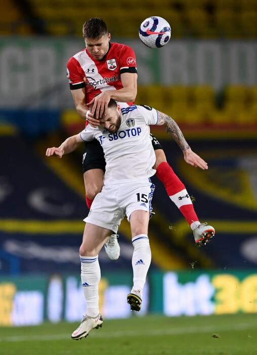 Jan Bednarek dari Southampton beraksi dengan Stuart Dallas dari Leeds United