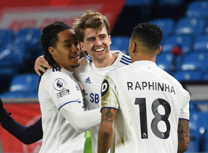 Patrick Bamford dari Leeds United merayakan gol pertama mereka dengan Helder Costa dan Raphinha
